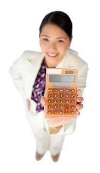Sorrindo jovem empresária segurando uma calculadora