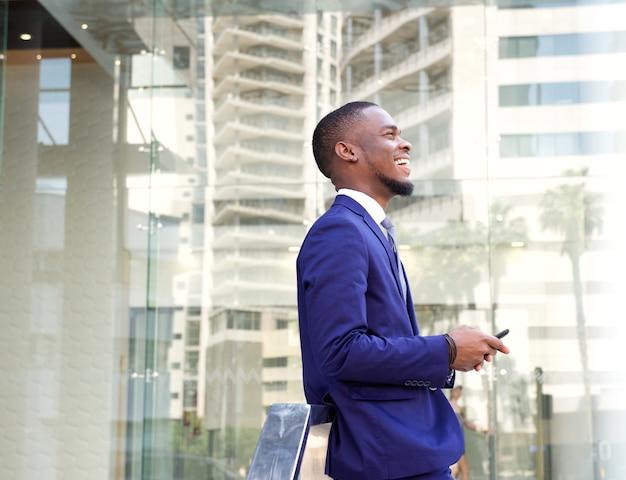 Sorrindo, jovem, homem negócios, cidade