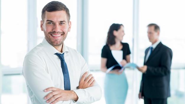 Sorrindo, jovem, homem negócios, com, braços dobrados