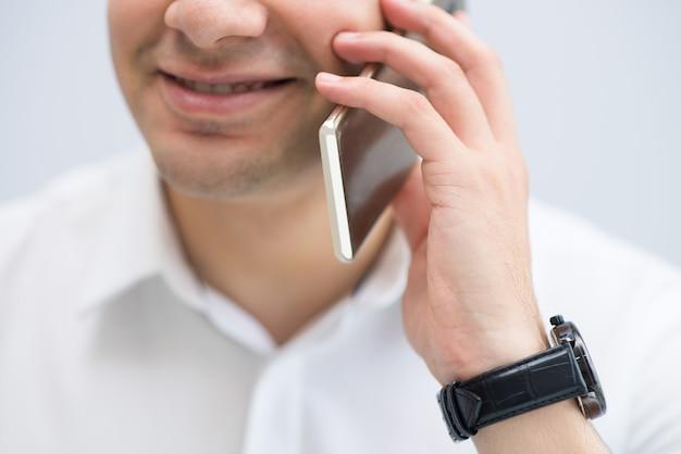 Sorrindo, jovem, homem negócios, falando, por, telefone móvel