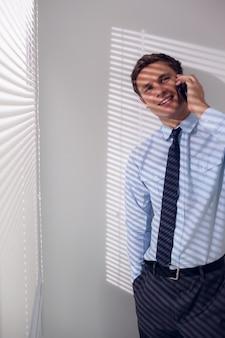 Sorrindo, jovem, homem negócios, usando, móvel, telefone
