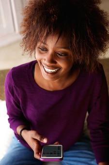 Sorrindo, jovem, mulher americana africana, com, telefone pilha