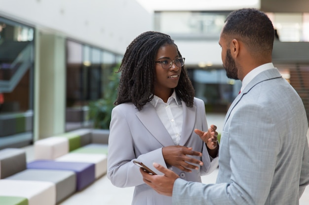 Sorrindo jovens empresários falando
