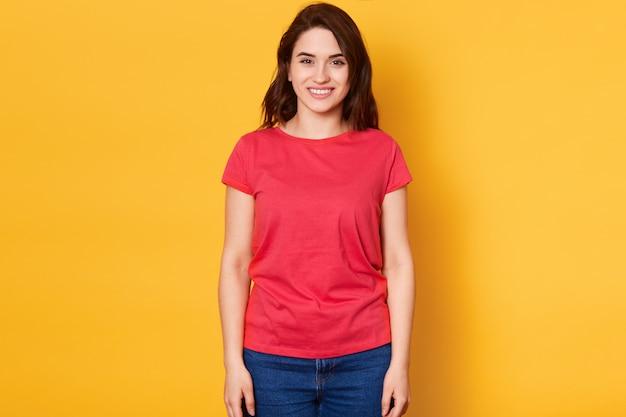 Sorrindo joyfull feminino com cabelos escuros