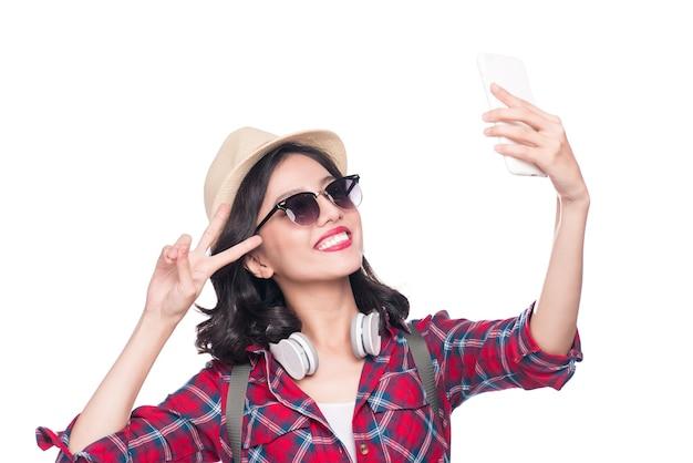 Sorrindo linda garota asiática ativa tirando foto de selfie.