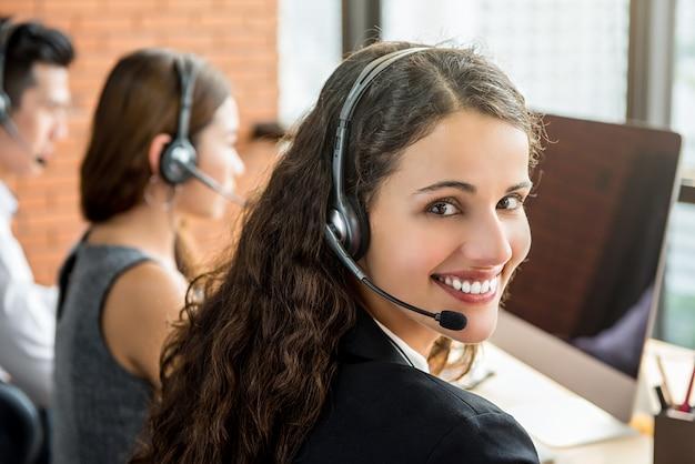 Sorrindo linda mulher de negócios trabalhando em call center