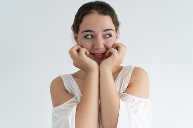 Sorrindo linda mulher tocando o rosto