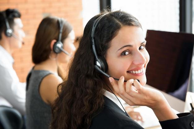 Sorrindo linda mulher trabalhando em call center