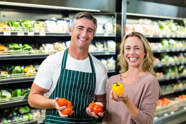 Sorrindo, loiro, mulher, comprando, legumes