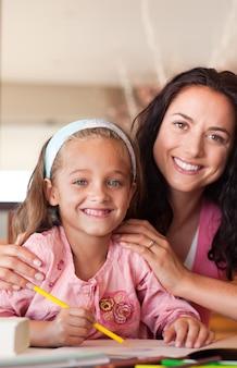 Sorrindo, mãe, ajudando, dela, filho, dever casa