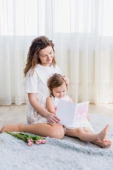 Sorrindo, mãe filha, leitura, cartão cumprimento, casa