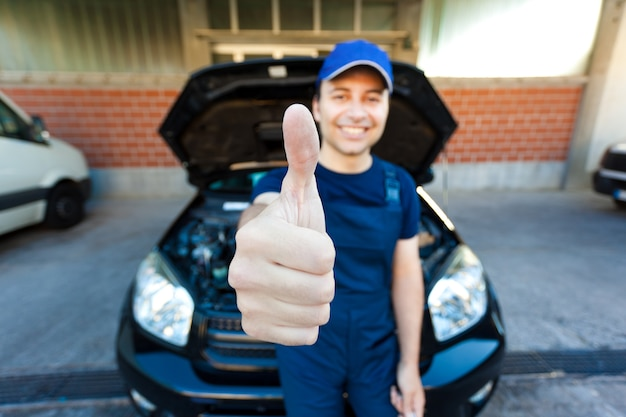 Sorrindo, mecânico, polegares cima
