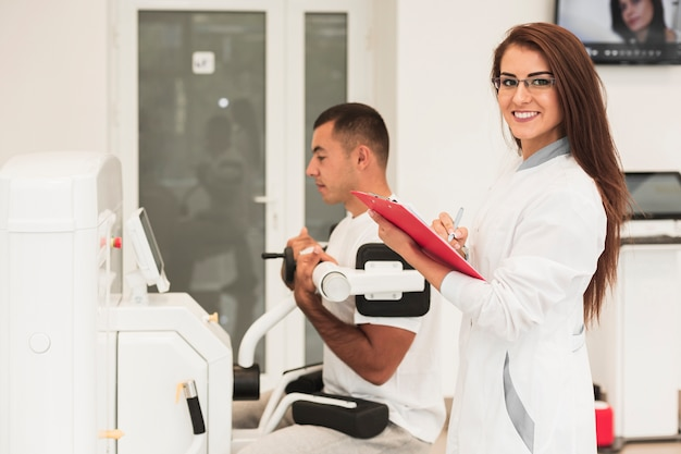 Sorrindo médica verificar a condição do paciente