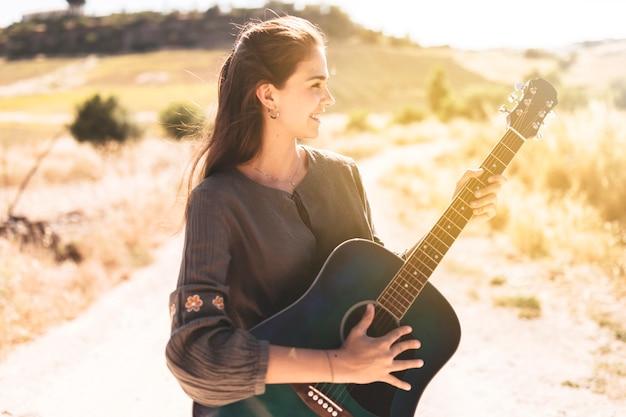 Sorrindo, menina adolescente, violão jogo