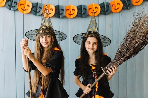 Sorrindo, meninas, em, bruxa, ternos, segurando, broomstick, e, vara
