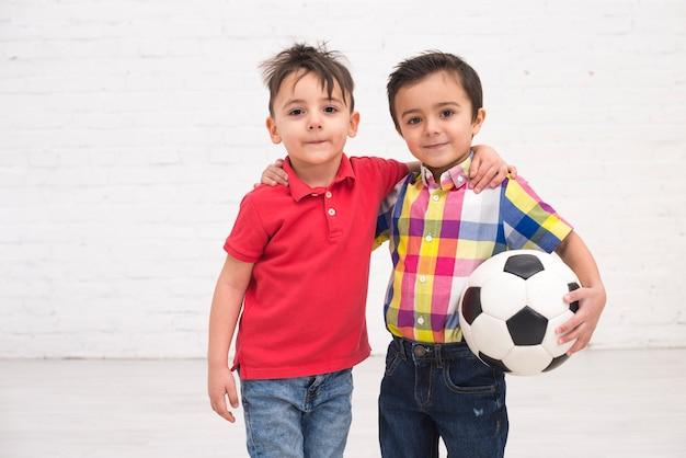 Sorrindo, meninos, com, um, bola futebol