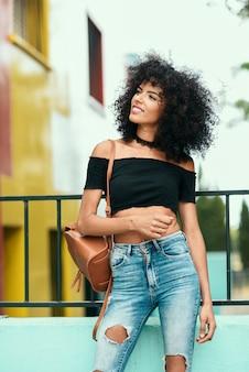 Sorrindo, misturado, mulher, com, cabelo afro, ficar, rua