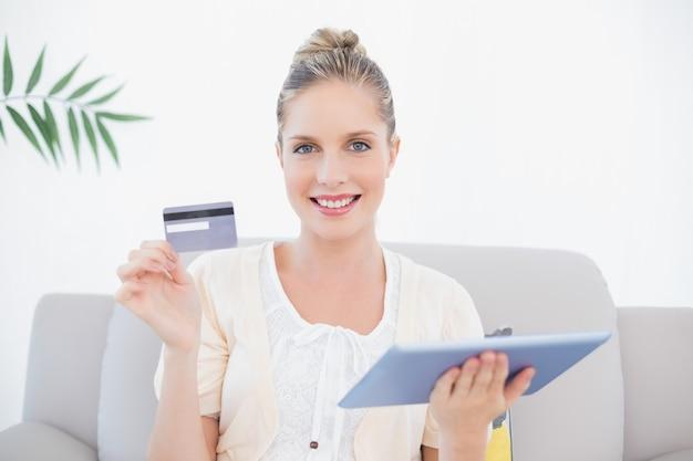 Sorrindo modelo lindo em roupas brancas comprando online