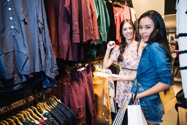 Sorrindo modelos posando na loja de roupas