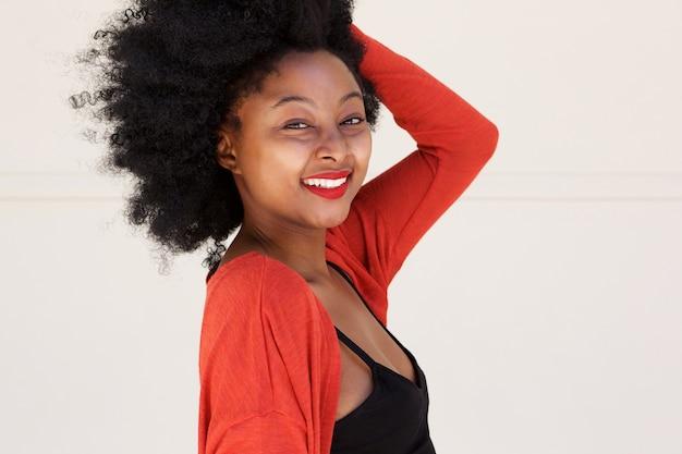 Sorrindo, mulher africana, com, passe cabelo