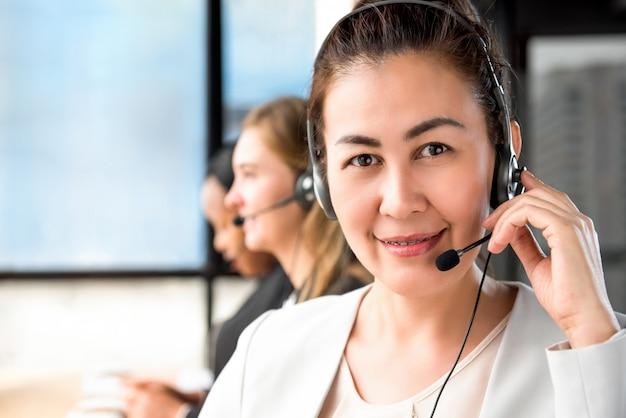 Sorrindo, mulher asian, trabalhando, em, centro chamada, com, equipe internacional