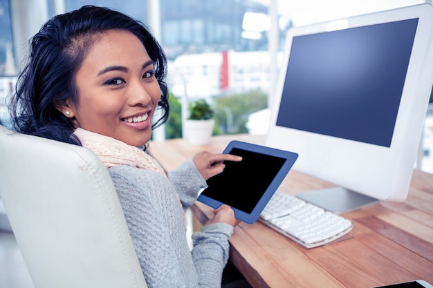 Sorrindo, mulher asian, usando, tabuleta, em, escritório