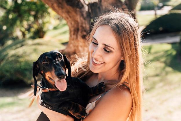 Sorrindo, mulher bonita, com, dela, animal estimação