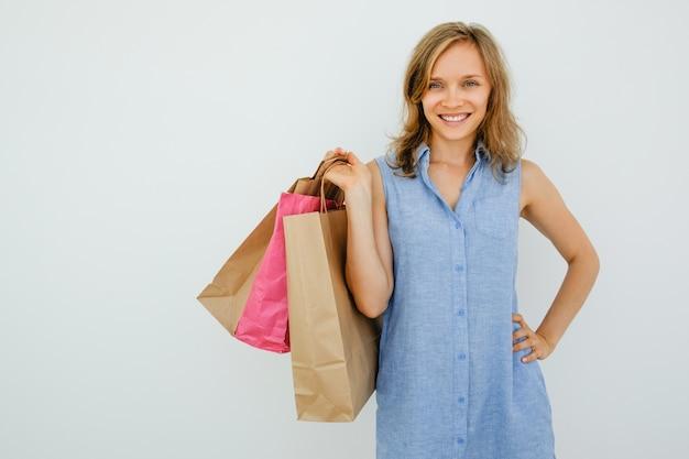 Sorrindo mulher bonita segurando sacos de compras