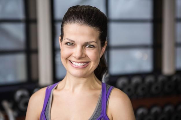 Sorrindo, mulher grávida, olhando câmera, em, a, ginásio