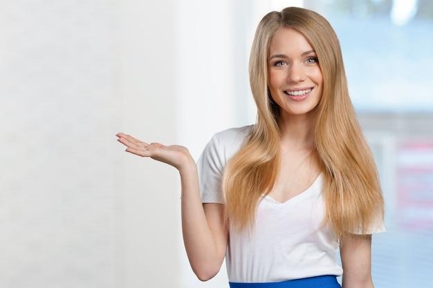 Sorrindo, mulher jovem, apontar