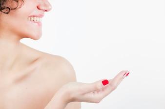 Sorrindo, mulher jovem bonita, mostrando, dela, mão, contra, fundo branco