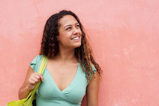 Sorrindo, mulher jovem, com, cabelo ondulado, e, saco