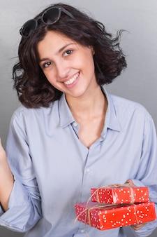 Sorrindo, mulher jovem, com, presentes