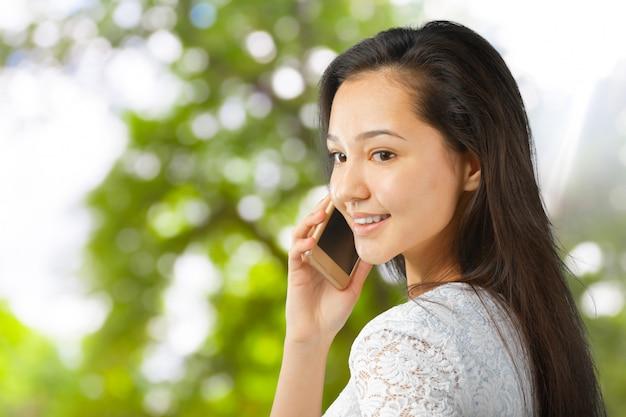 Sorrindo, mulher jovem, com, telefone móvel