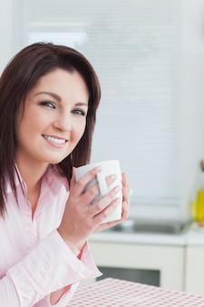 Sorrindo, mulher jovem, com, xícara café