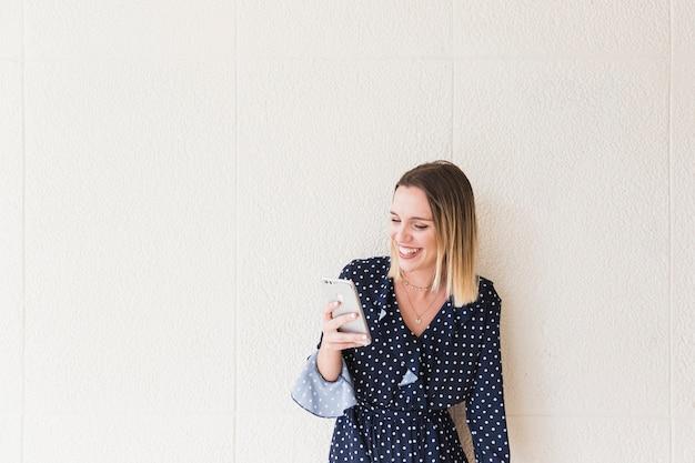 Sorrindo, mulher jovem, usando, smartphone