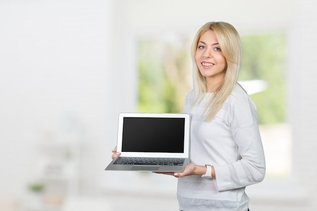 Sorrindo, mulher madura, segurando, laptop