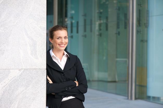 Sorrindo, mulher negócio, ficar, exterior, edifício escritório
