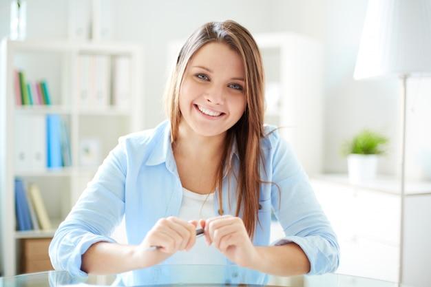 Sorrindo mulher segurando uma caneta