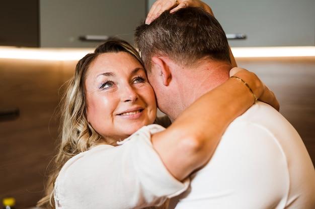 Sorrindo, mulher sênior, abraçando, marido