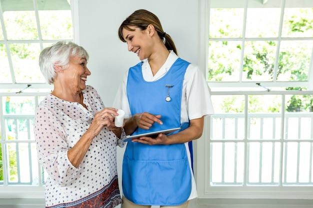Sorrindo, mulher sênior, ficar, com, enfermeira