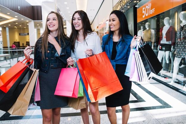 Sorrindo mulheres no shopping center