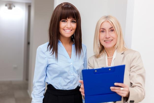 Sorrindo, mulheres, trabalhando, junto, em, seu, escritório