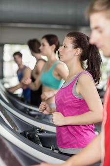 Sorrindo, muscular, mulher, ligado, treadmill, em, ginásio