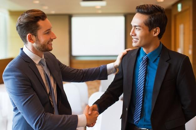 Sorrindo, negócio, líder, felicitando, colega