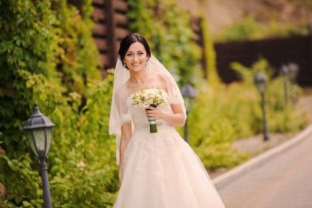 Sorrindo noiva com um buquê