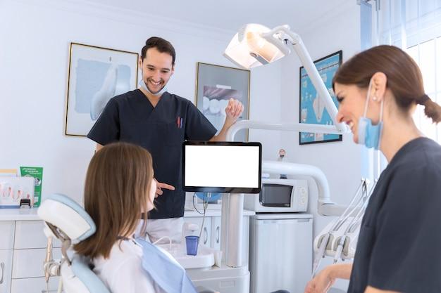Sorrindo, paciente, e, odontólogo, tendo, um, conversação, em, dental, clínica