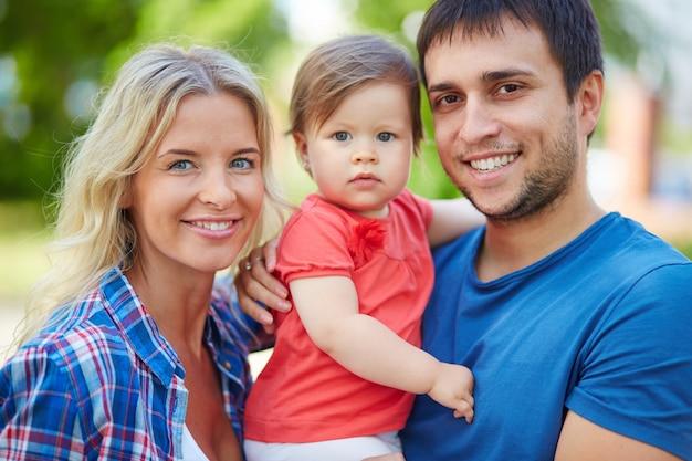 Sorrindo pais com o bebê