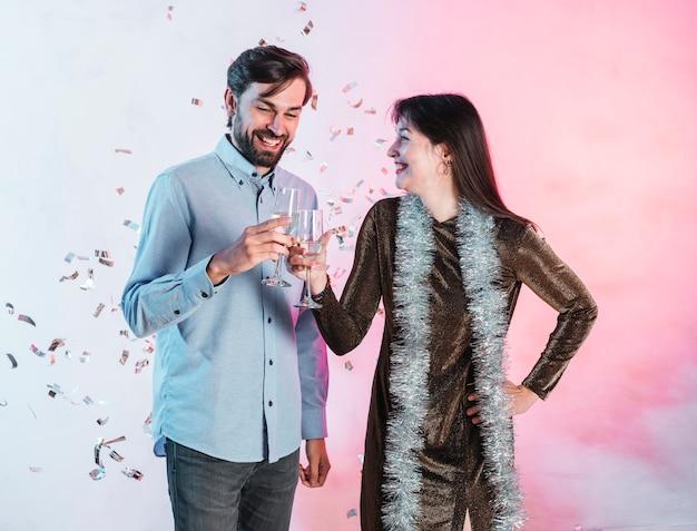 Sorrindo, par, clinking, champanhe, óculos