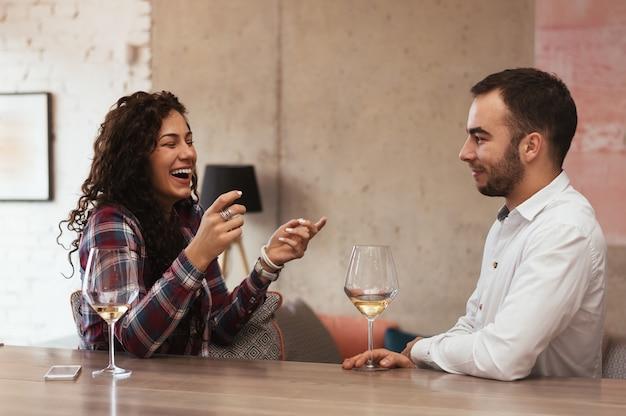 Sorrindo, par, com, copos vinho, tendo, um, grande hora